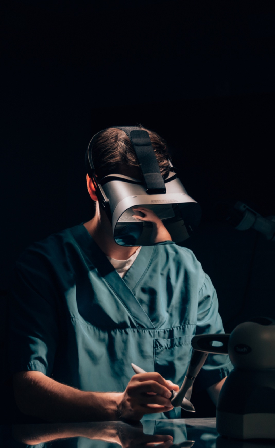Examine medical images and prepare for operations using photorealistic 3D visualizations. Train medical professionals flexibly and scalably using Varjo's virtual and mixed reality headsets.